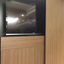 プロジェクターではなくテレビが常設。