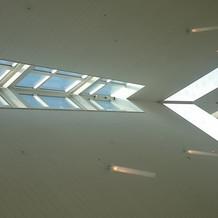 天井から日の光が入る