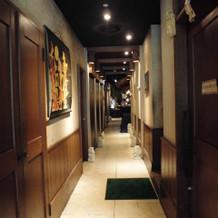 レストラン内の通路