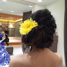 向日葵と青いドレスが合っています。