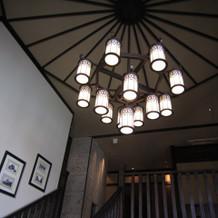 階段の照明もレトロで雰囲気あります