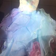 カラフルでパステルなドレスです。