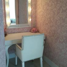 ブライズルームのメイク台(ピンクの部屋)