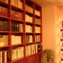 披露宴会場に本棚があって自分の家のよう
