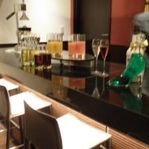 バーでは何種類ものカクテルを作ってくれる