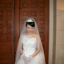 ドレスと小物すべてに白い花飾り