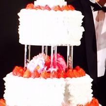 高さのある豪華なケーキ