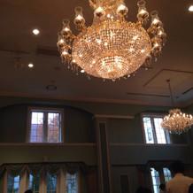 披露宴の天井のシャンデリア