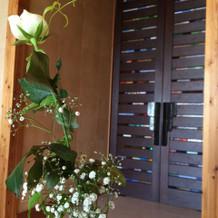 内側から見た入口の扉
