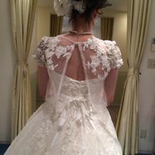 ボレロ付きのドレス。レーシーな素材。
