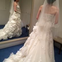 ウェディングドレスの試着室。