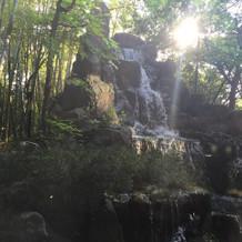 高砂の後ろの滝