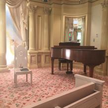アンティーク調のグランドピアノ