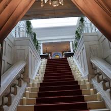 階段をのぼるとチャペル。