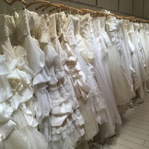 ウエディングドレスがたくさんあります。