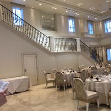 披露宴会場2枚目、大きな階段があります
