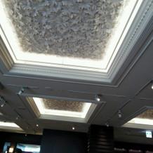 披露宴会場②の天井。花模様入り