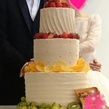フルーツ沢山のウェディングケーキ