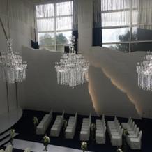 天井がガラス張りなので上からも自然な光
