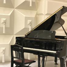 二階披露宴会場ピアノあり