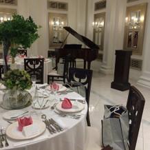 披露宴会場にグランドピアノがありました