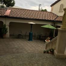 中庭が広く、喫煙所やヒーターがあった