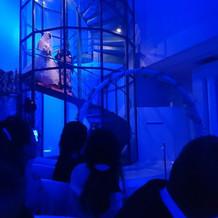 青い会場。螺旋階段の演出もできた!
