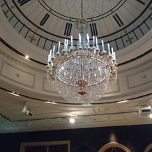 グリニッジホールの天井にはシャンデリア