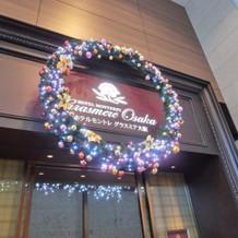 クリスマスシーズンのホテルの入り口