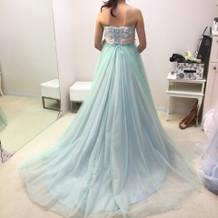 色合いと素材感がかわいいカラードレス