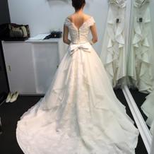 後ろも可愛いウェディングドレス