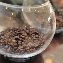 コーヒー豆を装花に取り入れ