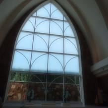 正面に大きな窓があり自然光が入りました