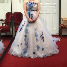 青と白の涼しげなドレス