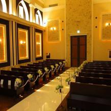 天井が高く空間の広い教会です。