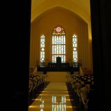 教会は二重扉の向こう。