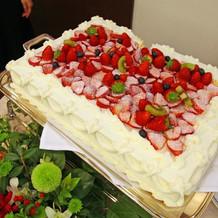 入刀用のケーキはイチゴがたくさんでした