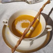 スープは1人ずつ注がれる。