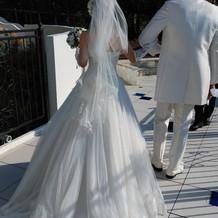 お互い純白の衣装
