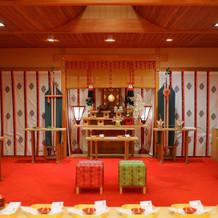 挙式当日。ホテル内神殿。