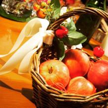 カクテルドレスの時にりんごのカゴバッグ。