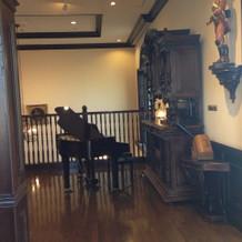 披露宴会場の外にあるピアノ