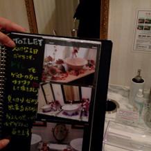 トイレの鏡なども落書きでき、花も飾れる