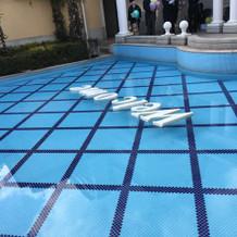 プールに文字が浮かべられます