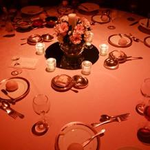オレンジ色のライトが当てられたテーブル