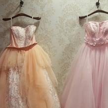 左はジル・スチュワート のドレス
