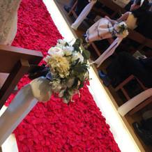 バージンロードは赤い花びら