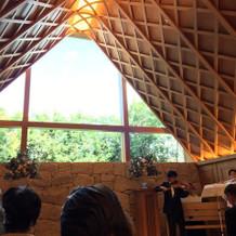 青空の見えるウッドの屋根の挙式場