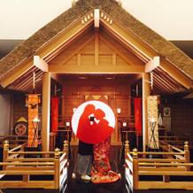 神殿の中で愛を誓う