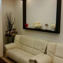 壁にはお花や小物の飾りが♪